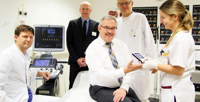 Verschaffte sich einen Eindruck vom medizinischen Leistungsspektrum des Diabeteszentrums: Bürgermeister Wolfgang mit Dr. Günter Mertens, Heinz-Gerd Schröders, Dr. Otto-W. Kuhrt-Lassay und Cathrin Haupt.